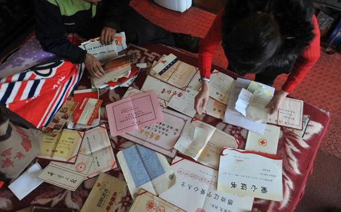 Những tờ chứng nhận quyên góp tiền hiện là tài sản lớn nhất của ông Zhao. Ảnh: OMGTaiwan.