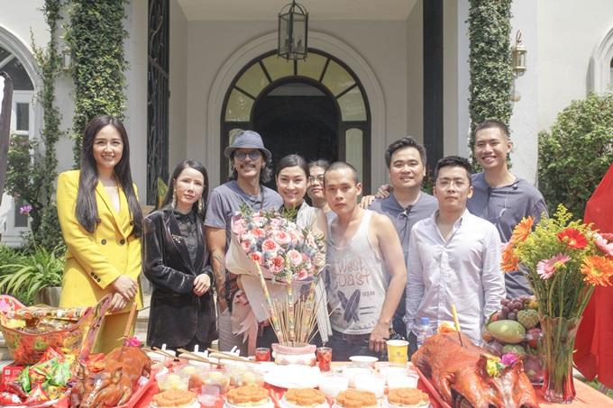 Hoa hậu Mai Phương Thúy (ngoài cùng bên trái) bất ngờ xuất hiện tại lễ khai máy của bộ phim.