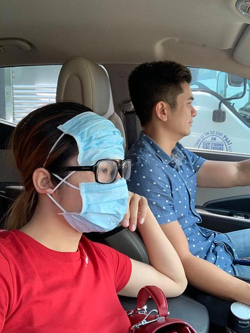 Vân Trang che chắn kỹ càng để tránh nắng khi ngồi trên ôtô.