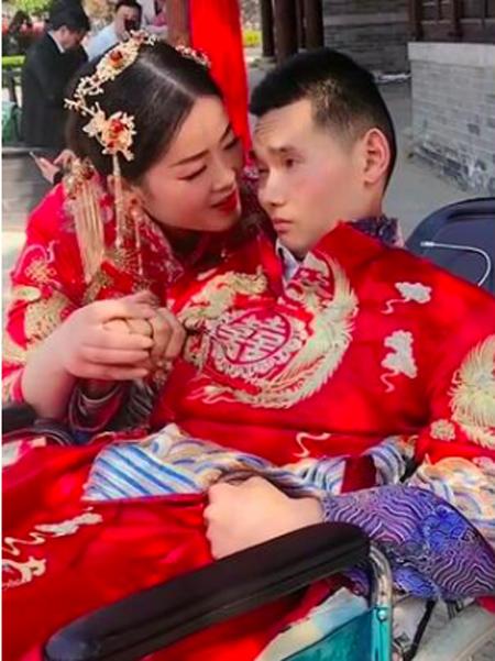 Zhang và người chồng bị liệt trong ảnh cưới mới chụp. Ảnh: The Paper.