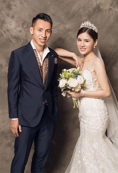 Tiền vệ Đỗ Hùng Dũng tiết lộ Triệu Mộc Trinh (1997, Hàm Yên, Tuyên Quang) là mối tình đầu của mình. Cô dâu hiện là sinh viên năm cuối Đại học Văn hóa Hà Nội.