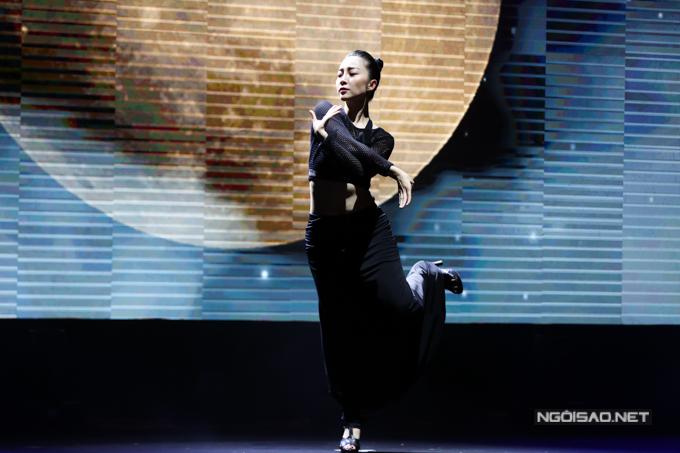 Tối 18/4, diễn viên múa Linh Nga tất bật luyện tập cho tiết mục đặc biệt trong tiệc sinh nhật 15 tuổi của báo Ngoisao.net.