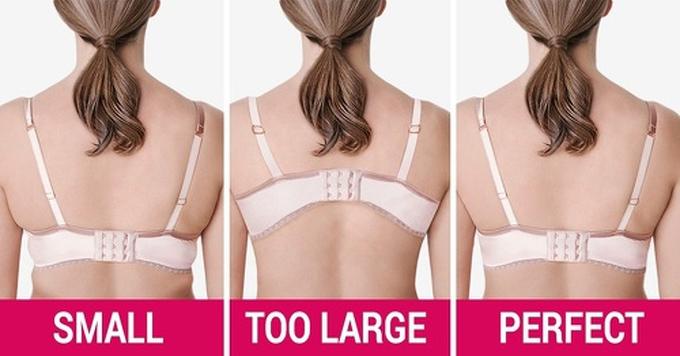 Bra quá rộng hoặc chậtÁo ngực nhất định phải vừa vặn, nếu không, nó có thể gây ra các vấn đề sức khỏe. Một chiếc bra quá rộng sẽ không có tác dụng nâng đỡ, dẫn đến đau cổ và lưng. Trong khi đó, với áo quá chật,  ma sát giữa vải và da dễ gây kích ứng. Một số nghiên cứu còn cho thấy việc mặc bra chật khiến máu lưu thông kém, thậm chí gây ung thư vú.