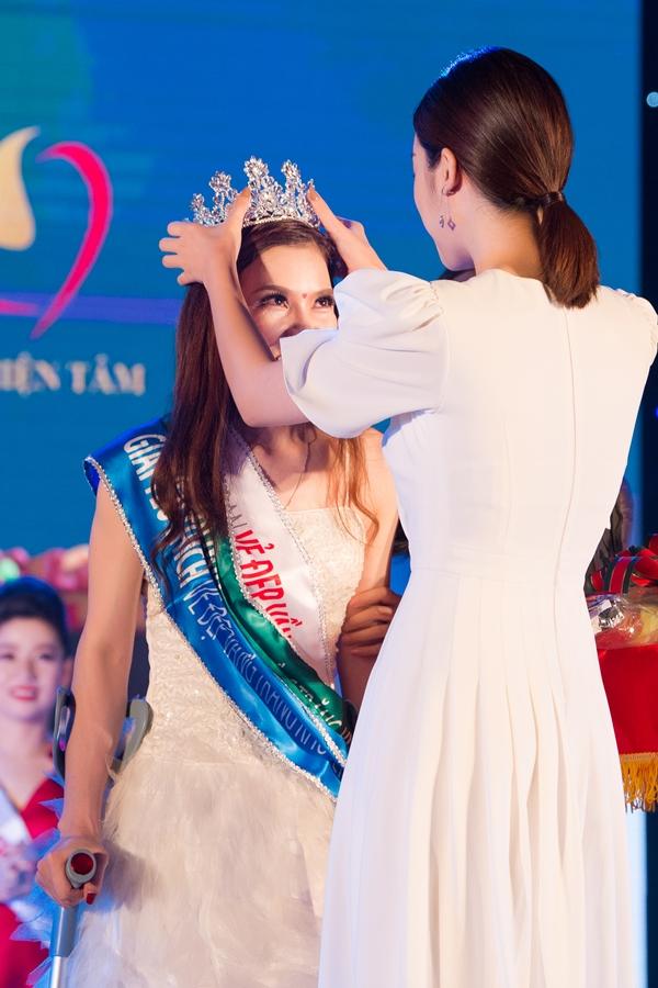 Mỹ Linh lên sân khấu trao vương miện cho thí sinh chiến thắng.