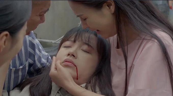 Lan (Kim Oanh) bỏ mạng vì đỡ cho Lâm (Công Lý) một nhát dao.