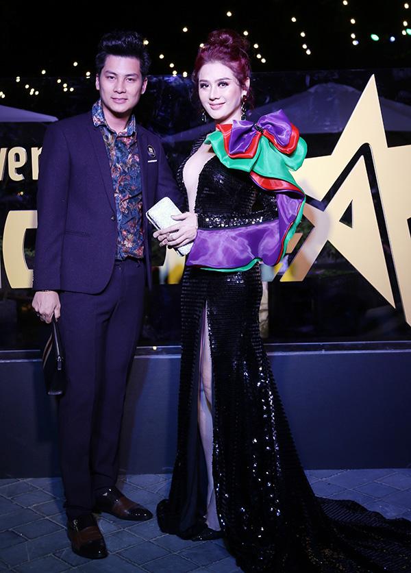 Lâm Khánh Chi mặc váy dạ hội cầu kỳ sánh bước cùng ông xã đến dự tiệc sinh nhật báo Ngôi Sao tại TP HCM tối 19/4.
