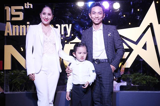 Vợ chồng Khánh Thi - Phan Hiển mang theo con trai đầu lòng Kubi. Cậu bé từng đoạt giải Nhóc tì của năm do báo Ngôi Sao tổ chức.