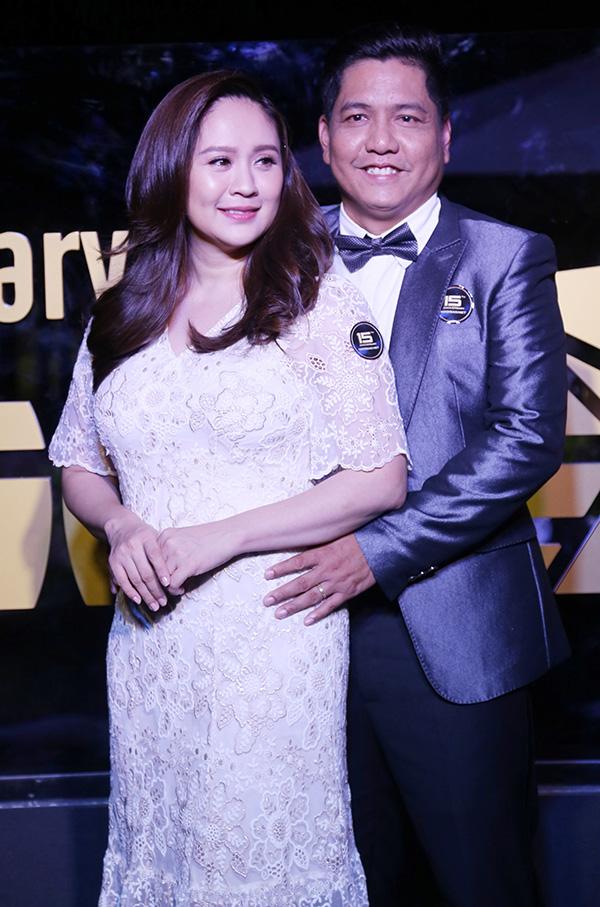 Đạo diễn Đức Thịnh dịu dàng ôm eo bà xã Thanh Thuý tại thảm đỏ. Cặp đôi vừa chào đón con thứ hai đầu năm nay.