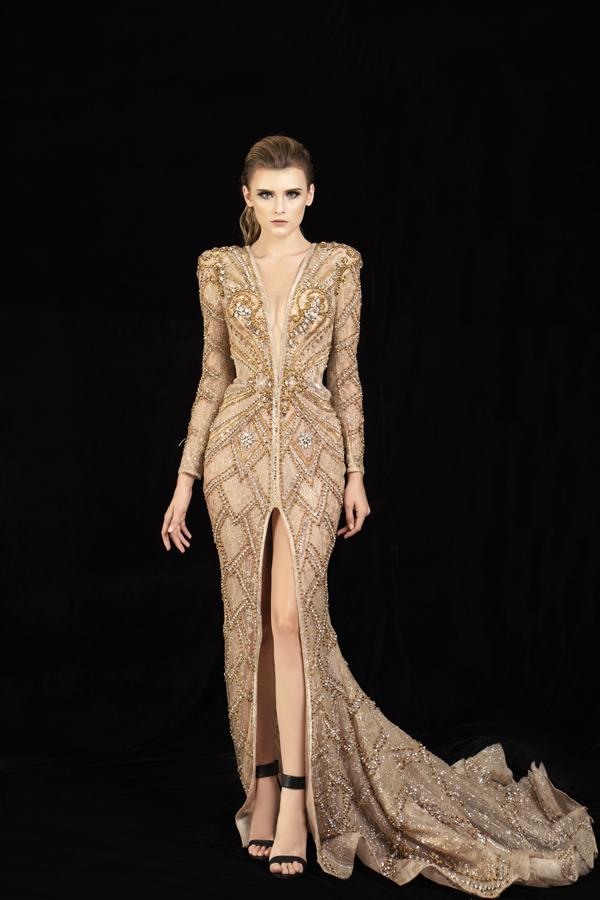 Không chỉ tận dụng vải xuyên thấu để mang tới các mẫu váy dạ hội, nhà mốt còn giới thiệu các kiểu váy xẻ cao táo bạo.