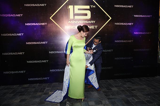 Trên thảm đỏ, diễn viên Thanh Bình tận tình chỉnh váy cho bà xã Ngọc Lan.
