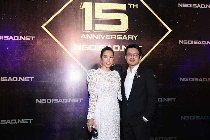 Hoa hậu Thu Hoài mặc áo dài xuyên thấu sánh bước cùng bạn trai kém tuổi đến dự tiệc.