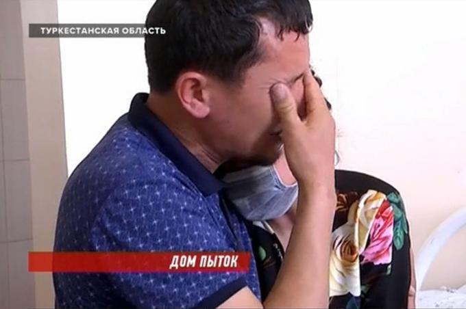 Nurmukhamet Koimbetov, bố của các bé gái, chồng của người phụ nữ, bật khóc khi nhìn thấy các vết thương của con ở bệnh viện. Ảnh: KTK.
