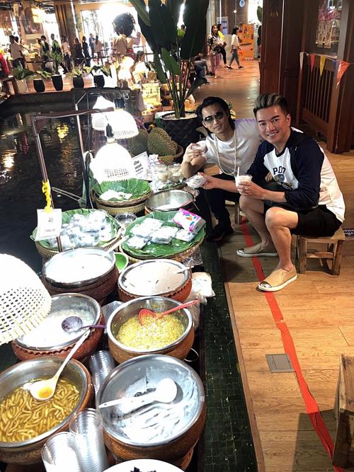 Đàm Vĩnh Hưng pose hình cùng Đan Nguyên khi ngồi lê la hàng quán thưởng thức các món chè.
