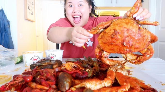 Kim Thai luôn khiến người xem phát thèm khi thưởng thức các món ăn một cách ngon lành. Ảnh: Youtube.