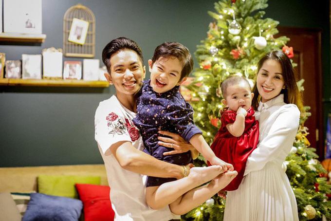 Phan Hiển - Khánh Thi bên hai con.