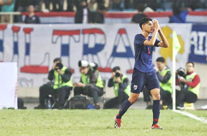 Supachai chắp tay xin lỗi người hâm mộ khi rời sân