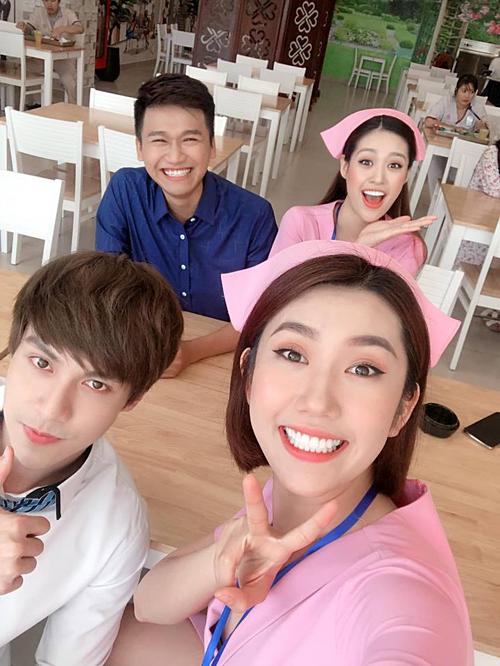 Thúy Ngân selfie cùng Xuân Nghị và bạn diễn tại hậu trường đóng phim mới.