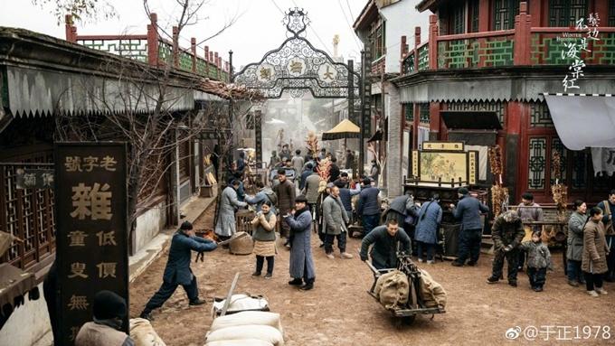 Khung cảnh đường phố, chợ thời loạn cũng được phục dựng kỳ công.