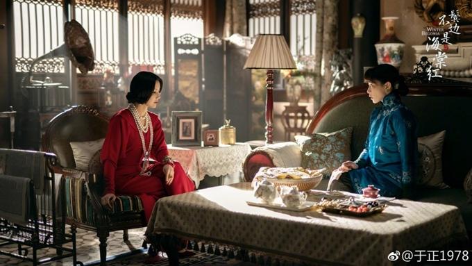 Bên tóc mai không phải hải đường hồng được đầu tư công phu về phục trang và bối cảnh. Vu Chính đưa đội thiết kế của phim Diên Hy công lược sang dự án này. Kiểu dáng trang phục, phong cách bài trí làm nổi bật xu hướng giao thoa đông - tây, kim - cổ của Trung Quốc đầu thế kỷ 20.