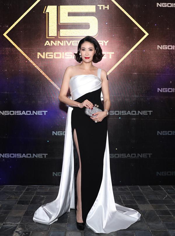 Là một trong hàng trăm nghệ sĩ tham dự tiệc kỷ niệm 15 năm báo Ngoisao.net, Hoa hậu Hà Kiều Anh ghi điểm khi diện bộ đầm pha màu trắng đen thanh lịch.