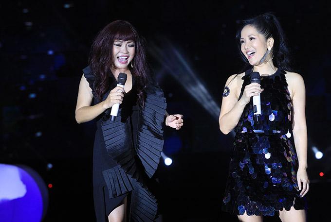 Phương Thanh và Hồng Nhung mặc trang phục gam đen đồng điệu tung hứng cùng nhau tại buổi tiệc kỷ niệm sinh nhật 15 năm của báo Ngoisao.net tổ chức tại TP HCM.