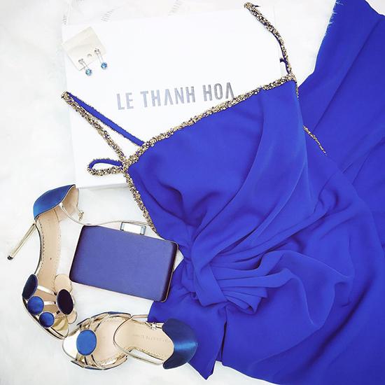 Không chỉ dừng lại ở việc đặt may mẫu váy dạ tiệc độc quyền, Ngọc Trinh còn mix-match các món hàng hiệu hàng trăm triệu đồng để giúp mình có được tổng thể hoàn hảo.