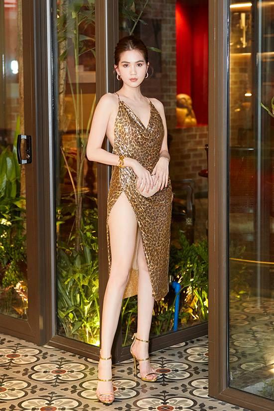 Ngọc Trinh phô diễn vẻ đẹp hình thể trong bộ cánh da beo ánh kim của nhà thiết kế Đỗ Long.