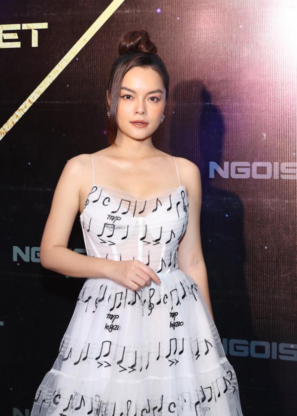 Mẫu đầm xốp nhẹ in hoạ tiết nốt nhạc là lựa chọn sáng suốt của ca sĩ Phạm Quỳnh Anh để gây ấn tượng tại sự kiện.
