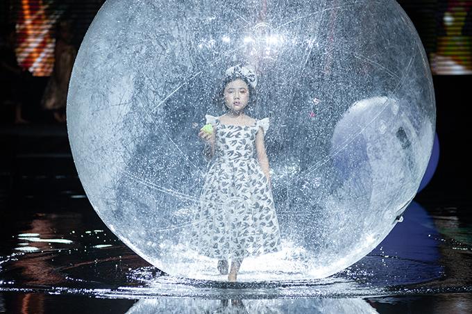 Ngoài lời chúc độc đáo gửi đến báo Ngoisao.net nhân dịp tròn 15 tuổi, nhóm mẫu nhí Pinkids còn gây ấn tượng mạnh mẽ trên sân khấu của đêm tiệc.