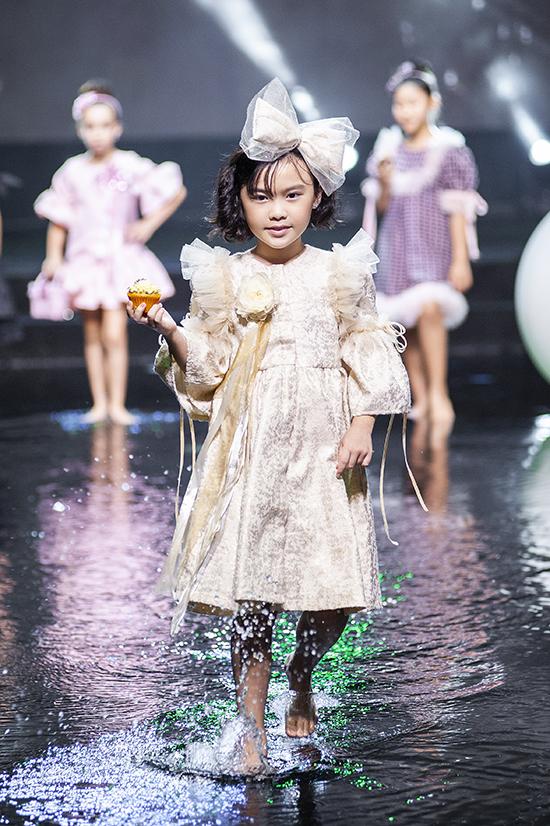 Váy dành cho các bé được trang trí điệu đà bằng những đường bèo nhún, diềm xếp xinh xắn.
