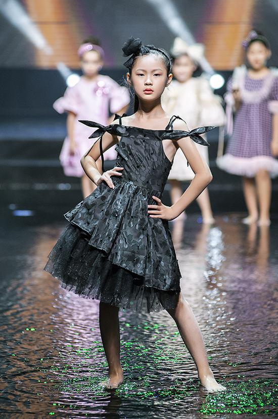 Các mẫu váy trễ vai, rớt vai, hai dây phù hợp với không khí mùa hè cũng được giới thiệu nhiều ở bộ sưu tập này.