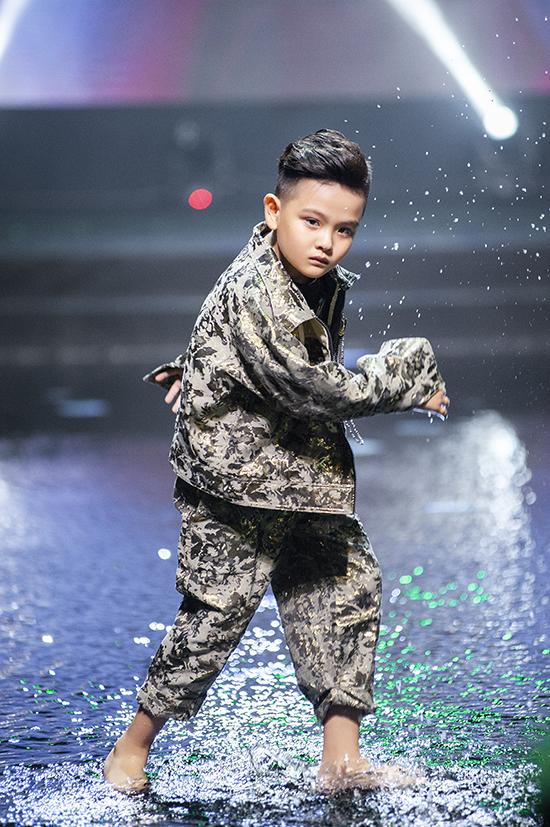 Nhà thiết dành riêng các mẫu suit, áo khoác trang trí logo dập vân ánh kim cho các bé trai.