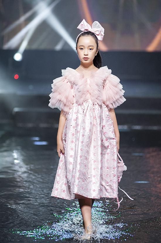 Các thiên thần nhỏ trong câu lạc bộ người mẫu nhí nổi tiếng lần lượt trình diễn các trang phục mới nhất của nhà thiết kế Thanh Huỳnh.