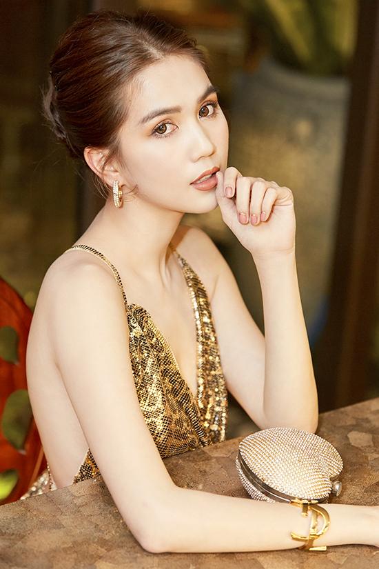 Dù lịch trình khá dày đặc nhưng người đẹp luôn thể hiện sự đầu tư bài bản về hình ảnh và phong cách thời trang trên thảm đỏ. Những chi tiết nhỏ như khuyên tai, vòng đeo tay cũng được phối hợp một cách ăn ý cùng trang phục.