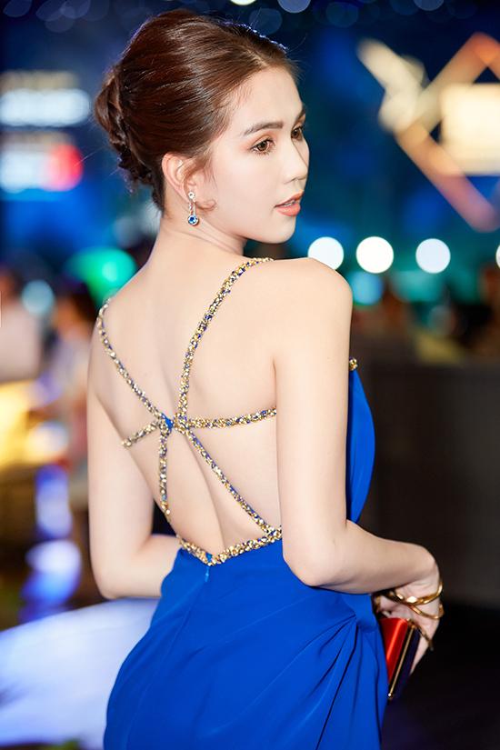 Phần lưng áo được Lê Thanh Hoà chăm chút một cách tỉ mỉ để tôn nét gợi cảm cho diễn viên Vu quy đại náo.