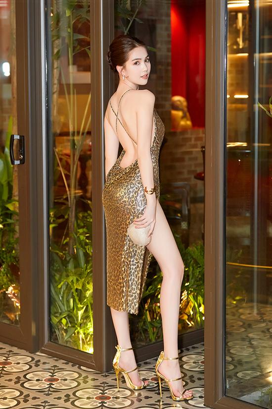 Vẫn chọn phong cách dạ tiệc nóng bỏng mùa hè, nhưng Ngọc Trinh lại chọn màu vàng gold làm chủ đạo cho váy xẻ sexy và phụ kiện đi kèm.