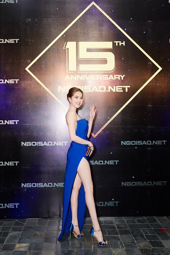Để thể hiện tình yêu với tờ báo đã luôn đồng hành cùng mình trong suốt hành trình lấn sân showbiz, phát triển sự nghiệp, Ngọc Trinh đã lên ý tưởng về trang phục thảm đỏ.
