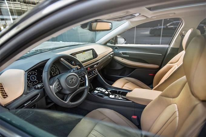 Nội thất của Sonata 2020 được thiết kế tập trung vào công nghệ tương lai với vô lăng 4 chấu độc đáo, cụm đồng hồ kỹ thuật số kích thước 12,3 inch đi kèm màn hình giải trí dạng cảm ứng kích thước 8 inch được đặt nổi lên trên taplo trung tâm, hỗ trợ kết nối Apple Carplay và Android Auto.