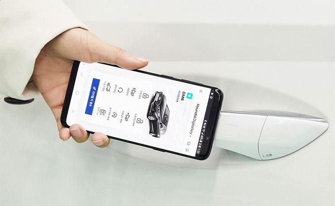 Một trong những tính năng đặc biệt được trang bị trên Sonata 2020 là công nghệ khoá kỹ thuật số, chủ xe sẽ tải một ứng dụng bằng điện thoại smartphone sau đó sử dụng công nghệ giao tiếp NFC để mở khoá xe. Hyundai cũng trang bị cho Sonata 2020 dịch vụ Blue Link, cho phép chủ xe mở khoá từ xa, khởi động xe, khởi động hệ thống làm mát/sưởi ấm trước khi lái xe.