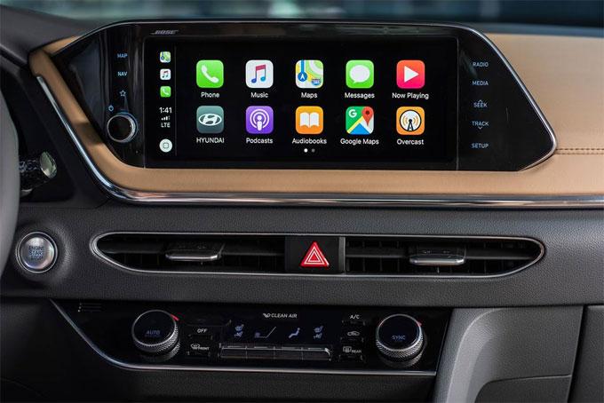 Màn hình giải trí dạng cảm ứng kích thước 8 inch được đặt nổi lên trên taplo trung tâm, hỗ trợ kết nối Apple Carplay và Android Auto.