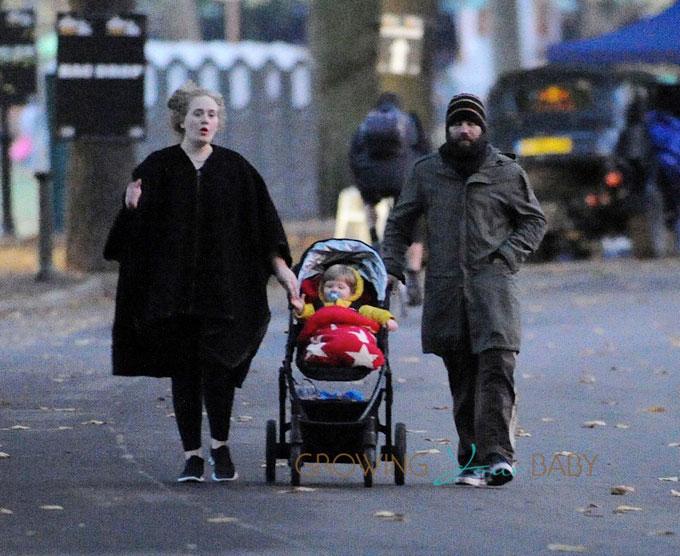Vợ chồng Adele đưa con trai đi dạo năm 2013.