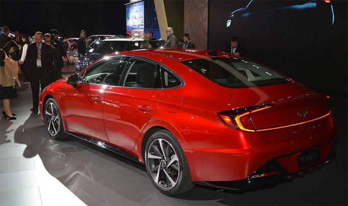 Áp dụng ngôn ngữ thiết kế Sensuity Sportiness của Hyundai, phần đầu của Sonata gây ấn tượng bởi lưới tải nhiệt thác đổ cỡ lớn với các nan ngang tạo cảm giác thoáng rộng cho phần đầu, một thanh viền chrome được kéo dài xuyên suốt từ cụm đèn pha lên tận nắp capo trước. Các kỹ sư của Hyundai đã khéo léo khi tích hợp các bóng LED nhỏ vào trong thanh chrome này, các bóng LED này chỉ sáng khi xe được khởi động. Ngoài ra, hốc hút gió phía trước được cắt xẻ táo bạo bên cạnh các đường nét gây guốc của cản trước, làm chúng ta dễ liên tưởng phần đầu của Sonata 2020 với các mẫu siêu xe của thương hiệu Aston Martin.