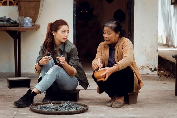 Katleen và nghệ sĩ Tú Trinh trên trường quay.