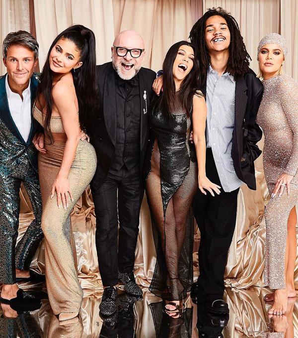 Kourtney Kardashian (thứ ba từ phải sang) rạng rỡ đón tuổi mới cùng các thành viên trong gia đình và bạn bè.