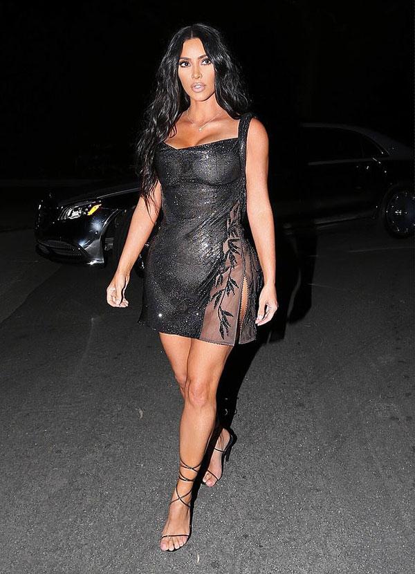 Kim diện váy từ bộ sưu tập Versace 1997. Cô là fan cuồng của nhà mốt Italy.