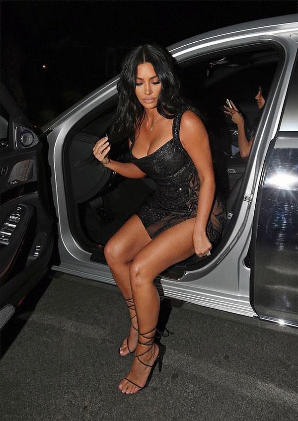Kim Kardashian tới dự tiệc mừng chị cả Kourtney Kardashian đón  tuổi 40 mà không có chồng con đi cùng. Bữa tiệc lớn được tổ chức tại biệt thự của mẹ cô, bà Kris Jenner.