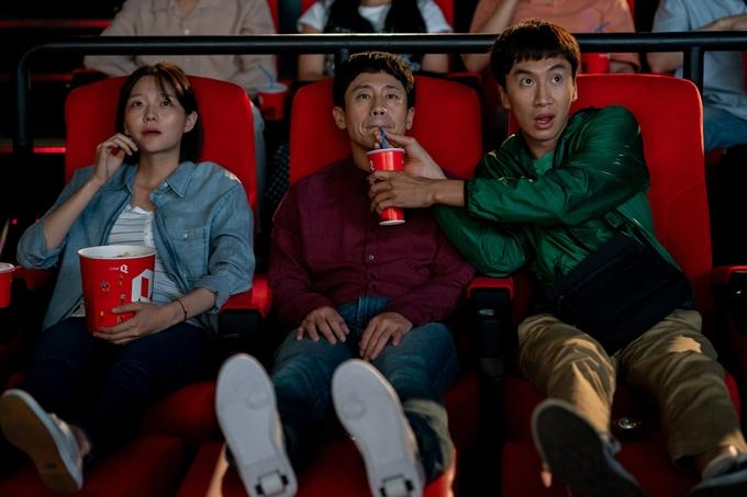 Lee Kwang Soo, Shin Ha Kyun, Esom (từ phải sang) trong một cảnh phim của Thằng em lý tưởng.
