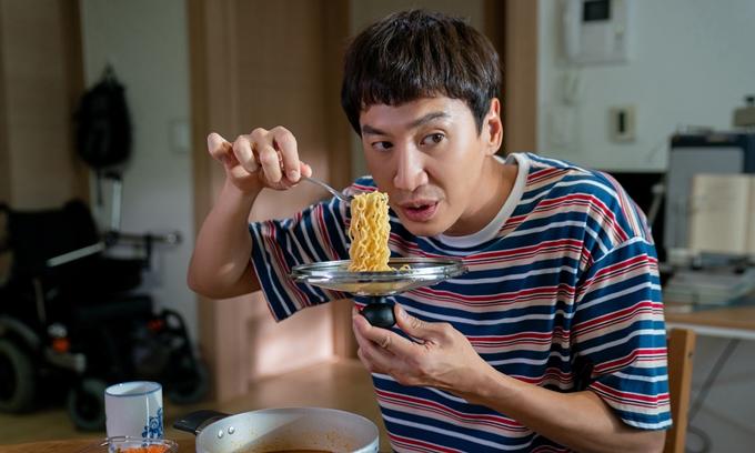 Lee Kwang Soo hài hước trong phim Thằng em lý tưởng.