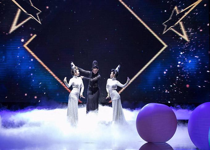 Nghệ sĩ múa Linh Nga thể hiện tiết mục Ngắm mình dưới trăng dưới sự hỗ trợ của hai cộng sự.