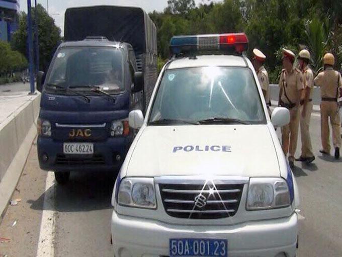 CSGT chặn bắt ôtô chở hàng trăm kg ma tuý đá trước hầm Thủ Thiêm, quận 1. Ảnh: Công an cung cấp.